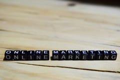 Online-marknadsföring som är skriftlig på träkvarter arkivfoton