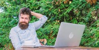 Online massamediaarbeider Schrijf artikel voor online tijdschrift Mens die inspiratie zoeken Vind het onderwerp schrijft gebaard stock foto