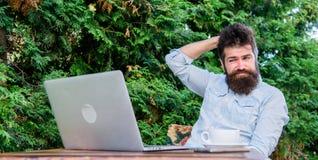 Online-massmediaarbetare Skriv artikeln för online-tidskrift Man som söker efter inspiration Finna ämnet för att skriva _ royaltyfria foton