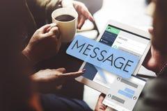 Online-meddelandeEmail Digital som pratar begrepp Arkivbilder