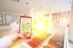 Online-mobilt shoppingbegrepp med smartphonen arkivbild