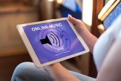 Online muziekconcept op een tablet royalty-vrije stock afbeelding