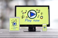 Online muziekconcept op verschillende apparaten stock foto