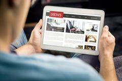 Online nieuwsartikel op het tabletscherm Elektronisch krant of tijdschrift Laatst dagelijks pers en media Model van digitaal port royalty-vrije stock foto's