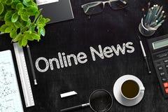 Online-nyheterna som är handskriven på den svarta svart tavlan framförande 3d Royaltyfria Foton