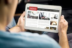 Online-nyhetsartikel på minnestavlaskärmen Elektronisk tidning eller tidskrift Senast dagspress och massmedia Modell av den digit royaltyfria foton