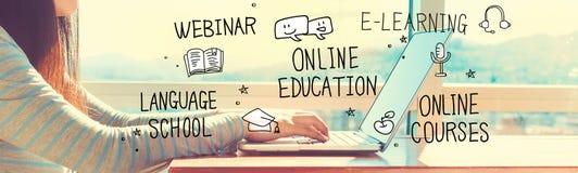 Online Onderwijs met vrouw die aan laptop werken stock afbeelding