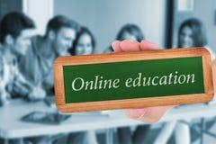 Online onderwijs tegen glimlachende vriendenstudenten die laptop met behulp van stock foto's