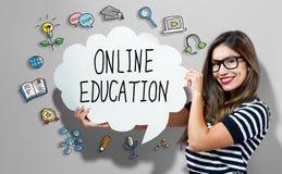 Online Onderwijstekst met vrouw die een toespraakbel houden Stock Afbeelding