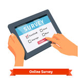 Online onderzoek aangaande een tablet Stock Foto's