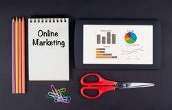 Online op de markt brengend Tablet, potloden, schaar, paperclippen en nota stock foto's