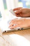 Online płatniczy używa laptop i kredytowa karta Obraz Stock
