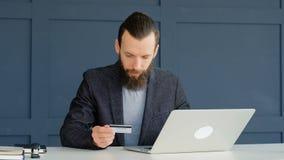 Online p?atniczy pieni?dze transakci m??czyzna karty laptop zbiory wideo