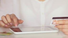 Online-packa ihop med den smarta telefonen och minnestavlan livsstil Lätt lön genom att använda den smarta telefonen eller den di arkivfilmer