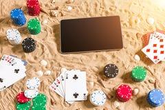 Online partia pokeru na plaży z cyfrową pastylką i stertami układy scaleni Odgórny widok Obraz Royalty Free