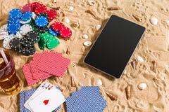 Online partia pokeru na plaży z cyfrową pastylką i stertami układy scaleni Odgórny widok Zdjęcia Royalty Free