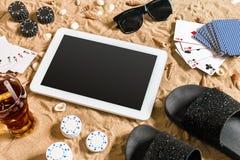 Online partia pokeru na plaży z cyfrową pastylką i stertami układy scaleni Odgórny widok Zdjęcie Royalty Free