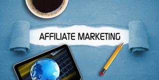Online partnermarketing met een kop van koffie en een smartphone of een tablet stock foto