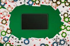 Online-pokerlek med den digitala minnestavlan, chiper och kort royaltyfri bild