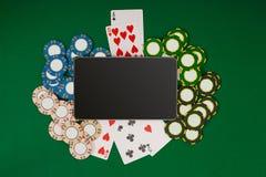 Online-pokerlek med den digitala minnestavlan, chiper och kort Royaltyfria Bilder