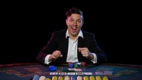 Online-pokerspelaren har segrat på kasinot close upp arkivfilmer