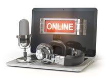 online poparcia pojęcie Laptop z mikrofonem, hełmofonami i lightbox z teksta online odosobnionym na białym tle, Fotografia Stock