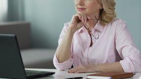 Online psycholoog raadplegende mensen op middelbare leeftijd, gebruikend laptop thuis, carrière stock videobeelden