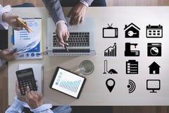 ONLINE RECLAME Commerciële teamhanden op het werk met financieel aangaande Royalty-vrije Stock Afbeelding