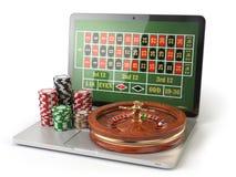 Online-roulettkasinobegrepp Bärbar dator med rouletten och kasinot Arkivfoto