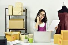 Online rozkazu dostawanie, kobieta w projektanta odzieżowym sklepie, Biznesowym zaczyna up obrazy stock