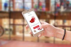 Online shoping met handel app of website Vrouw die moderne slimme telefoon houden royalty-vrije stock foto