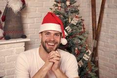 Online-shoppa f?r jul Plats f?r nytt ?r med tr?det och g?vor Lycklig jultomtenman Morgonen f?r Xmas leverans royaltyfri foto