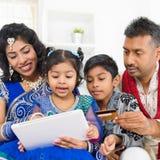 Online-shopping för indisk asiatisk familj Arkivbilder