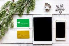 Online-shopping för nytt år på träbästa sikt för tabell Arkivbilder