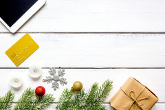 Online-shopping för nytt år på träbästa sikt för tabell Royaltyfria Bilder
