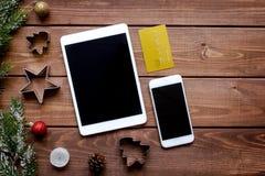 Online-shopping för nytt år på träbästa sikt för tabell Royaltyfri Fotografi