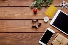 Online-shopping för nytt år på träbästa sikt för tabell Arkivfoto