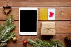 Online-shopping för nytt år på träbästa sikt för tabell Arkivbild