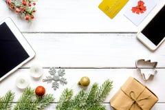 Online-shopping för nytt år på träbästa sikt för tabell Fotografering för Bildbyråer