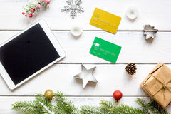 Online-shopping för nytt år på träbästa sikt för tabell Royaltyfria Foton