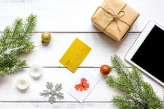 Online-shopping för nytt år på träbästa sikt för tabell Royaltyfri Foto