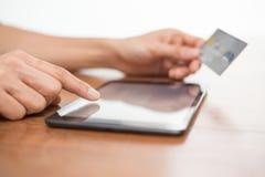 Online-shopping genom att använda en digital minnestavla Royaltyfria Bilder