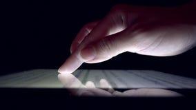 Online-shopping genom att använda minnestavlan, tidning för läsning för flicka för affärskvinna på apparaten stock video