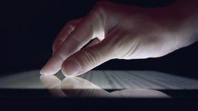 Online-shopping genom att anv?nda minnestavlan, tidning f?r l?sning f?r flicka f?r aff?rskvinna p? apparaten royaltyfri foto