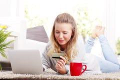Online-shopping med kreditkorten Royaltyfri Bild