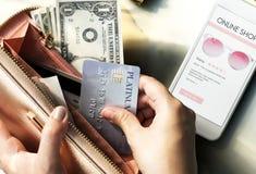 Online-shopping på mobil kreditkortbetalning Fotografering för Bildbyråer