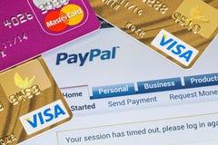 Online-shopping som betalas via Paypal betalningar Fotografering för Bildbyråer