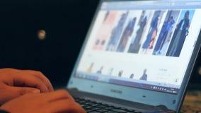 Online-shopping som väljer kläder Shopping är populär lager videofilmer