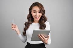 Online-shopping, teknologi och e-pengar begrepp Lycklig ung asi arkivfoton