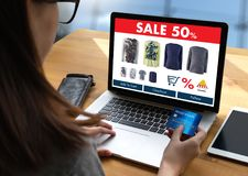 Online-shopping tillfogar till köpet Sale Digital för vagnsdet online-beställningslagret Royaltyfri Bild